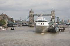 Stå högt bron London ett kryssningskepp och en HMS Belfast Arkivfoton