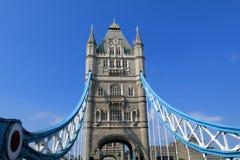 Stå högt bron, London, fot- dag för blå himmel för perspektiv Arkivfoton
