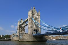 Stå högt bron, London, solig dag för blå himmel Royaltyfria Bilder