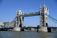 Stå högt bron, London, UK med bluesky arkivfoto