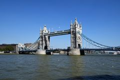 Stå högt bron, London, UK med bluesky arkivbild