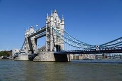 Stå högt bron, London, UK med bluesky royaltyfri bild