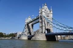 Stå högt bron, London, UK med bluesky royaltyfri fotografi