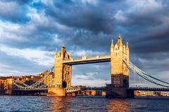 Stå högt bron med reflexioner på solnedgången i London, UK Arkivfoto