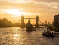 Stå högt bron och HMS Belfast i London på soluppgång fotografering för bildbyråer