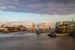 Stå högt bron och HMS Belfast i London på soluppgång arkivbilder