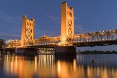 Stå högt bron och ljus reflekterade på Sacramentoet River royaltyfri foto