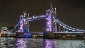 Stå högt bron som är strålkastarbelyst på natt, en av de huvudsakliga gränsmärkena i London Royaltyfri Bild