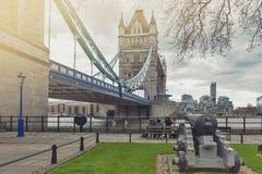 Stå högt bron som korsar flodThemsen, som blir en iconic gränsmärke, och ha som huvudämne den turist- dragningen av London, Engla Fotografering för Bildbyråer