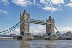 Stå högt bron som korsar flodThemsen, som blir en iconic gränsmärke, och ha som huvudämne den turist- dragningen av London, Engla Arkivfoton