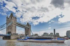 Stå högt bron som korsar flodThemsen, som blir en iconic gränsmärke, och ha som huvudämne den turist- dragningen av London, Engla Royaltyfri Foto