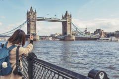 Stå högt bron som korsar flodThemsen, som blir en iconic gränsmärke, och ha som huvudämne den turist- dragningen av London, Engla Royaltyfri Fotografi