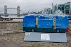 Stå högt bron som målas på en buss och i bakgrunden, London, UK Fotografering för Bildbyråer