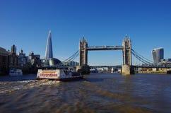 Stå högt bron som ses från ett fartyg på Themsen Fotografering för Bildbyråer