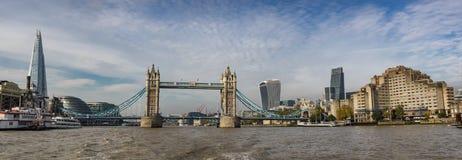 Stå högt bropanorama i London som ses från flodThemsen Arkivbild