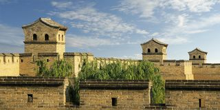 Stå högt i befästningvägg av den gamla staden, porslin arkivfoton