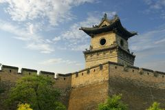 Stå högt i befästningvägg av den gamla staden, porslin arkivbild