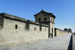 Stå högt i befästningvägg av den gamla staden, porslin royaltyfri bild