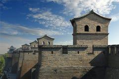 Stå högt i befästningvägg av den gamla staden, porslin royaltyfri foto