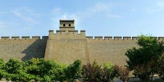 Stå högt i befästningvägg av den gamla staden, porslin arkivbilder