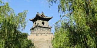 Stå högt i befästningvägg av den gamla staden, porslin arkivfoto
