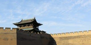 Stå högt i befästningvägg av den gamla staden, porslin royaltyfria bilder