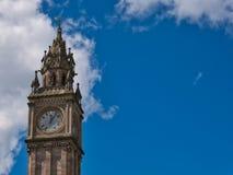 Stå högt klockan i Belfast under blå himmel med moln arkivfoton