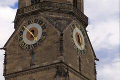 Stå högt klockan på torn Stiftskirche för den kyrkliga klockan i Stuttgart i Tyskland Fotografering för Bildbyråer