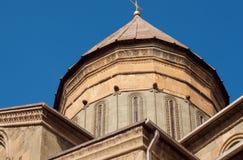 Stå högt med sned väggar på den Svetitskhoveli domkyrkan som byggs i det 4th århundradet, Georgia Lokal för Unesco-världsarv Arkivfoto