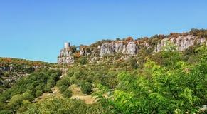 Stå högt nära byn av Balazuc i den Ardeche regionen av franc royaltyfria bilder