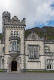 Stå högt och ingången av den Kylemore abbotskloster, Irland Royaltyfri Foto