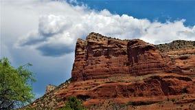 Stå högt Sedona, Arizona klippa Arkivbilder