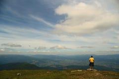 Stå i bergen Royaltyfri Bild