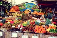 Stå med frukter på Viktualienmarkt Munich, Tyskland - 20 06 2015 Arkivbild