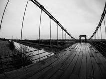 Stå på den Horkstow bron royaltyfria bilder