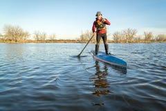 Stå paddla upp på en sjö i Colorado Arkivbilder