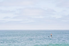 Stå paddleboarding upp Royaltyfri Foto