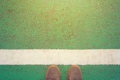 Stå runt om den vita linjen Royaltyfri Fotografi