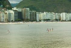 Stå upp skoveln i den Copacabana stranden, Rio de Janeiro Royaltyfri Bild