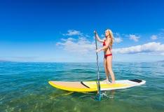 Stå upp skoveln som surfar i Hawaii Royaltyfria Bilder