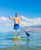 Stå upp skoveln som surfar i Hawaii Royaltyfri Fotografi