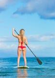 Stå upp skoveln som surfar i Hawaii Arkivbilder