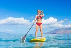 Stå upp skoveln som surfar i Hawaii Royaltyfria Foton