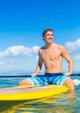 Stå upp skoveln som surfar i Hawaii Arkivfoto
