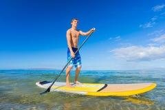 Stå upp skoveln som surfar i Hawaii Royaltyfri Foto