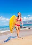Stå upp skoveln som surfar i Hawaii Royaltyfri Bild