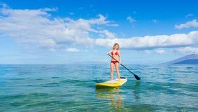 Stå upp skoveln som surfar i Hawaii Arkivbild