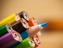 Stå ut den skarpa blyertspennan arkivfoto