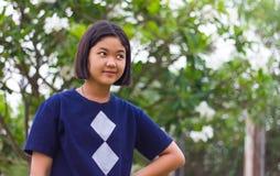 Stående akimbo lömsk blick för tonårig flicka Royaltyfri Fotografi