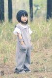 Stående av älskvärda asiatiska barn som in bär ullhuvanseende Arkivbilder
